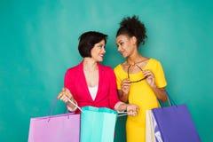 Opgewekte multi-etnische meisjes met het winkelen zakken Royalty-vrije Stock Foto