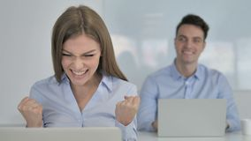 Opgewekte Onderneemster Celebrating Success terwijl het Werken aan Laptop stock footage