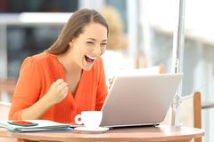 Opgewekte ondernemer die goed online nieuws ontvangen royalty-vrije stock foto's