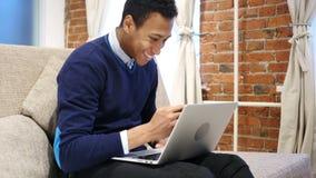 Opgewekte Succesvolle Mens die, het Vieren Online Resultaten genieten van stock video