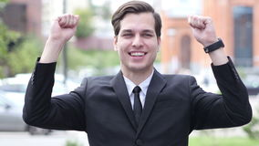 Opgewekte Succesvolle Zakenman Celebrating Gesture, Portret, Openlucht Dichte Omhooggaand stock video