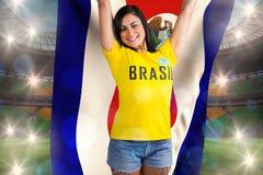 Opgewekte voetbalventilator in van de de t-shirtholding van Brazilië de vlag van Costa Rica royalty-vrije stock fotografie