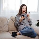 Opgewekte vrouw die aanbieding ontdekken die bij online opslag winkelen stock afbeeldingen