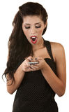 Opgewekte Vrouw die Telefoon bekijkt Royalty-vrije Stock Fotografie