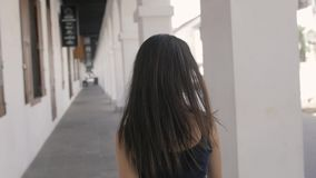 Opgewekte vrouw die verrast en verbaasd, glimlachen, die omhoog eruit zien kijken Jonge opgewekte toeristen backpacker vrouw, bek stock videobeelden