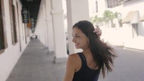Opgewekte vrouw die verrast en verbaasd, glimlachen, die omhoog eruit zien kijken Jonge opgewekte toeristen backpacker vrouw, bek stock video