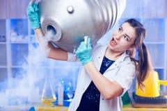 Opgewekte vrouw met de container van het metaalgas royalty-vrije stock foto's