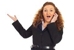 Opgewekte vrouw met groot nieuws bij cellphone stock foto