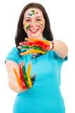 Opgewekte vrouw met kleurrijke handen stock afbeeldingen
