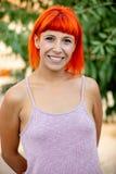 Opgewekte vrouw met rood haar die een ontspannen dag enjoing stock afbeeldingen