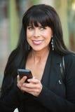 Opgewekte Vrouw met Telefoon stock afbeelding