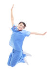 Opgewekte vrouwelijke arts die hoog springt Stock Fotografie