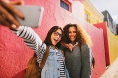 Opgewekte vrouwelijke reizigers die selfie nemen royalty-vrije stock foto's