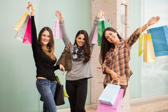 Opgewekte vrouwen op shopping spree stock afbeelding