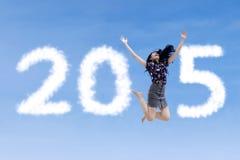 Opgewekte vrouwensprongen op de hemel stock foto