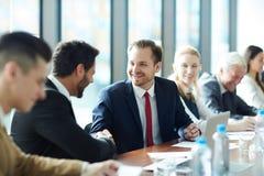 Opgewekte zakenlieden die succes vieren bij cursus stock afbeelding