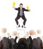 Opgewekte zakenman die met succes commercieel team schreeuwen Stock Afbeelding