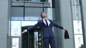 Opgewekte zakenman die winnaargebaar tonen, vierend bedrijfsucces, toekomst stock videobeelden