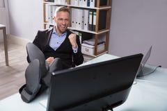 Opgewekte Zakenman Looking At Computer royalty-vrije stock afbeelding