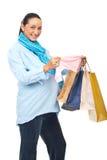 Opgewekte zwangere vrouw bij het winkelen stock afbeelding