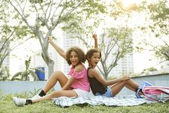 Opgewekte zwarte meisjes die pret in park hebben stock foto's