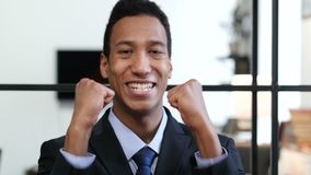Opgewekte Zwarte Zakenman Celebrating Success stock video