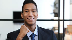 Opgewekte Zwarte Zakenman Celebrating Success royalty-vrije stock afbeeldingen