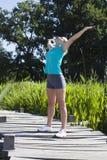 Opgewonden blond meisje die van zonnige energie, mindfulness en in openlucht ademhaling genieten royalty-vrije stock foto