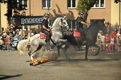 Opgezette policemans springende accrosbrand. Stock Fotografie