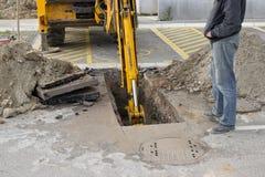 Opgravende doen ineenstorten rioollijn Stock Foto
