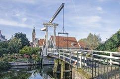 Ophaalbrug, huizen en kerk in Edam royalty-vrije stock foto's