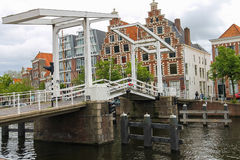 Ophaalbrug over Spaarne-rivier in Haarlem, Nederland royalty-vrije stock afbeeldingen