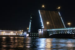 Ophaalbrug in St. Petersburg bij nacht Royalty-vrije Stock Foto