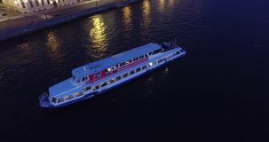 Ophaalbrug in St. Petersburg, rivier Neva, witte hights stock footage