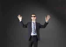 Ophalend zakenman op grijze achtergrond wordt geïsoleerd die Royalty-vrije Stock Foto