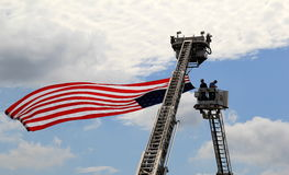 Opheffend de vlag, 4 de parade van Juli, springt Saratoga, New York, 2013 op Royalty-vrije Stock Foto