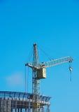 Opheffende kraan bij blauwe hemel 1 Stock Foto's