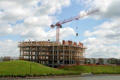 Opheffende kraan op het gebouw in bouw Royalty-vrije Stock Foto's