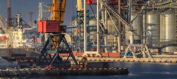 Opheffende ladingskranen, schepen en korreldroger in Overzees Por stock afbeelding