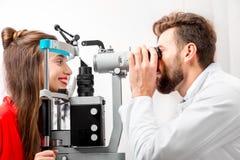 Ophtalmologiste vérifiant la vision image stock