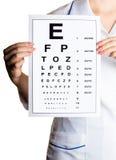 Ophtalmologue de docteur avec l'alphabet Images libres de droits