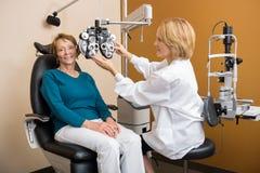 Ophthalmologe-Adjusting Phoropter For-Frau Stockfoto