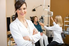 Ophthalmologe-With Colleague Examining-Patient Lizenzfreies Stockfoto
