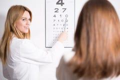 Ophthalmologe, der Snellen-Test verwendet Stockfotos