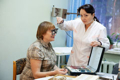 Ophthalmologist und Patient Lizenzfreie Stockfotos