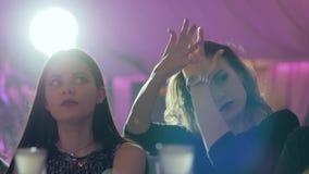 Opiła dziewczyna tanczy blisko baru w zwolnionym tempie, zamazany tło zbiory wideo
