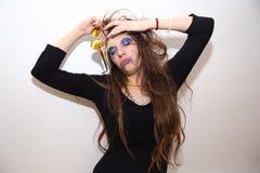 Opiła dziewczyna z mażącym makeup pozuje przy przyjęciem Zdjęcia Royalty Free