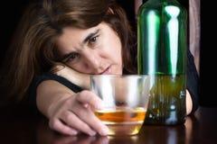 Opiła i przygnębiona osamotniona kobieta Fotografia Royalty Free