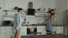 Opiła mężczyzny znalezienia żona opowiada na telefonie w kuchni zbiory wideo