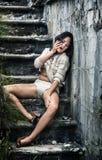Opiła młoda kobieta na schodkach obrazy royalty free
